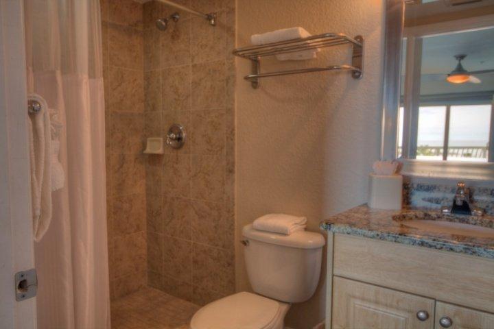 Salle de bains avec douche maître