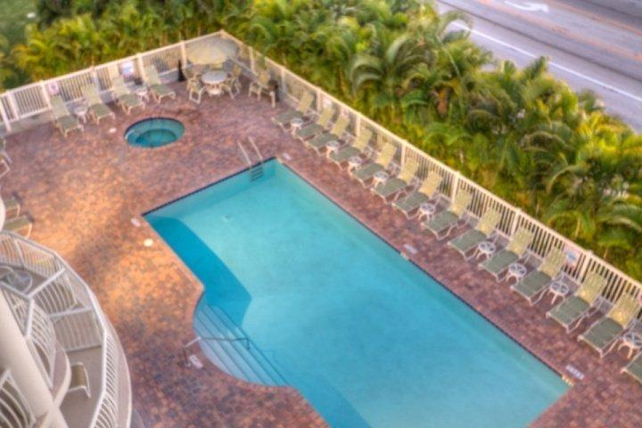 Vue sur la piscine depuis le balcon