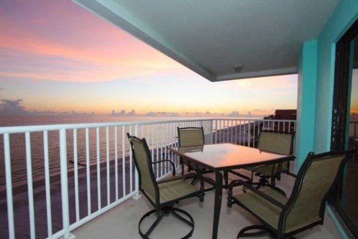 5th Floor, Corner Penthouse w/ Amazing Beachfront Views! 2 King Beds, Ideal for, location de vacances à Madeira Beach