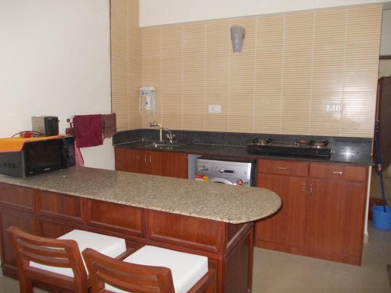 Espacio de comedor y pequeña cocina