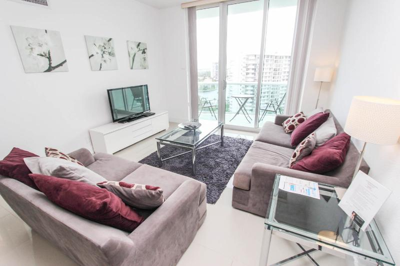 Beautiful Apartment right on the beach, Fully Furnished, at The Tides Complex, holiday rental in Hollywood