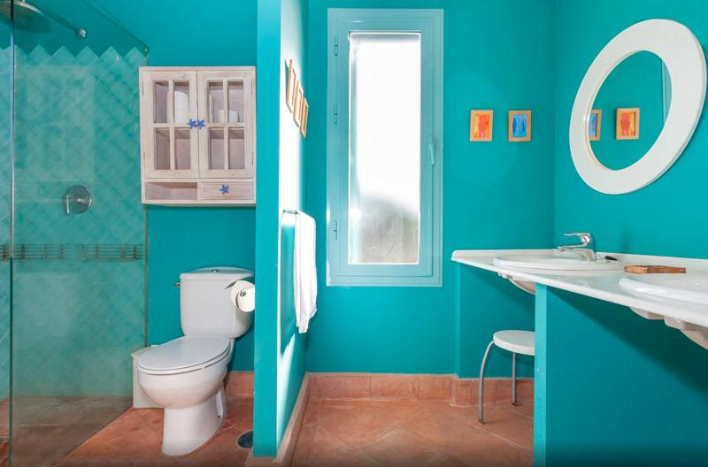 Bathroom in suite with shower house nº2