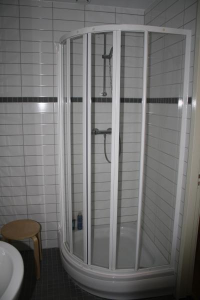 salle de bain partagée avec une autre chambre
