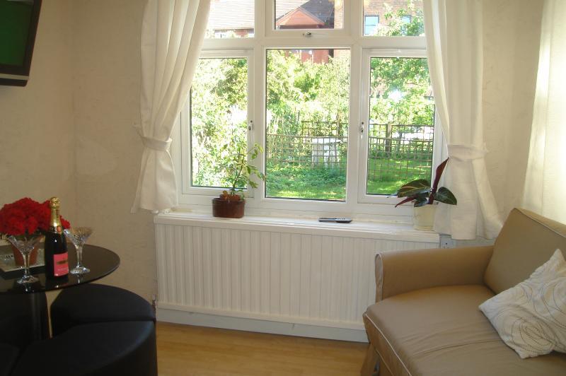 Attractive garden studio apartment in Wimbledon, vacation rental in New Malden