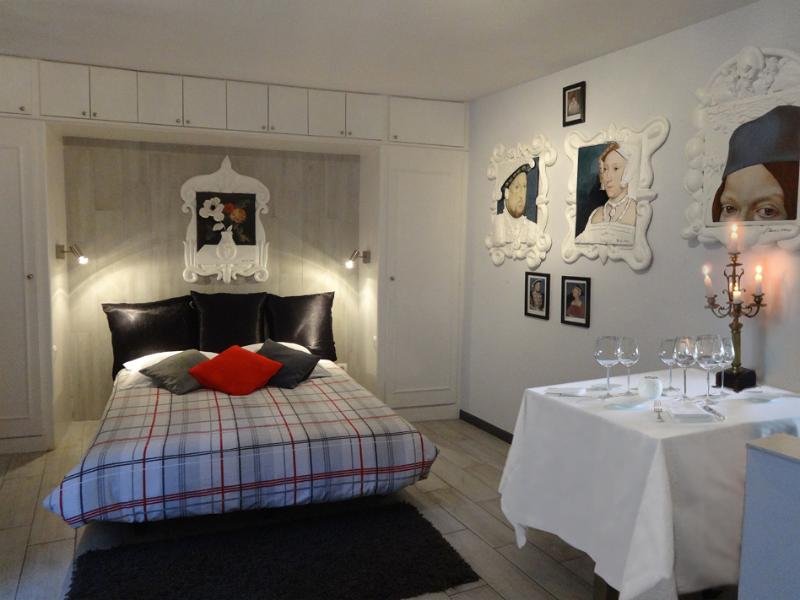 Large studio near the Champs-Elysées. Decorated with original artworks. All facilities available.