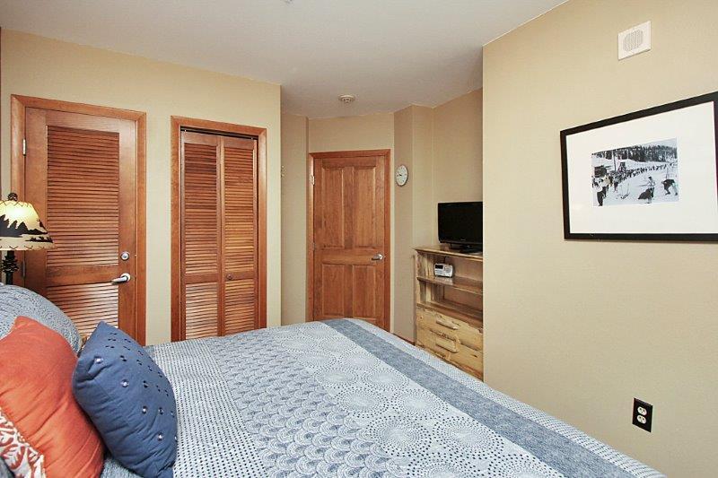 TV de pantalla plana en el dormitorio.