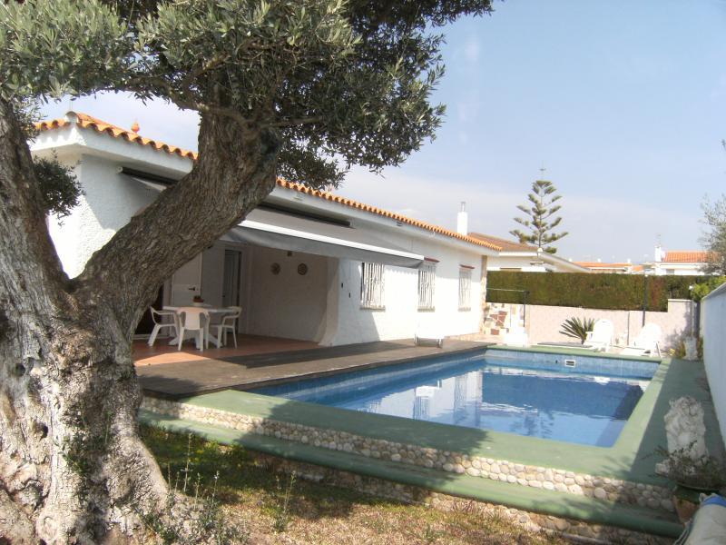 VILLA JUANMA - CHALET CON PISCINA  8 PERSONAS - 100 M. PLAYA, holiday rental in Vinaros