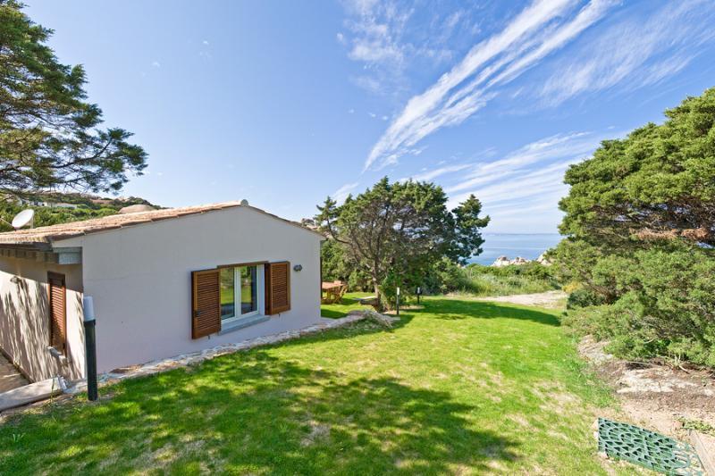 Bungalow immerso nel verde e vista mare, holiday rental in Capo Testa