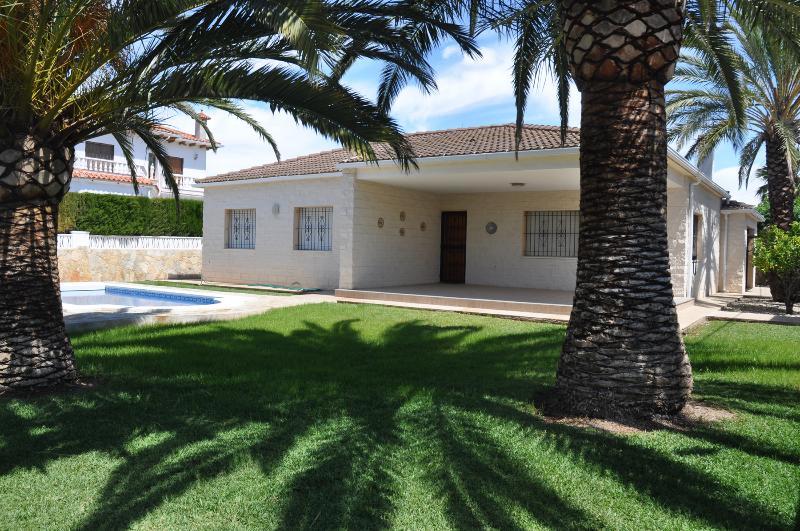 VILLA SOTELIÑO -CHALET PISCINA 8 PERS -450M. PLAYA, holiday rental in Vinaros