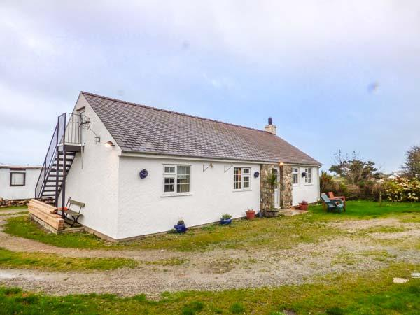 TY WOOD COTTAGE, close to beach, pet-friendly, woodburner, patio, in Rhoscolyn, holiday rental in Rhoscolyn