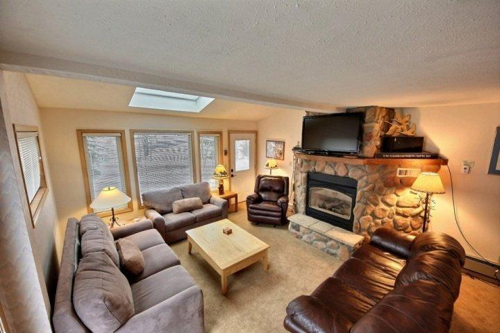 Ultra-Roomy, Block to Town, Hot Tub-Pool complex 5 min walk - by iTrip, vacation rental in Breckenridge
