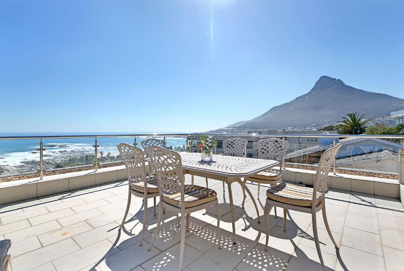 Spectacular views over the Atlantic Ocean and Camps Bay Beach, Lion's head and the Twelve Apostles