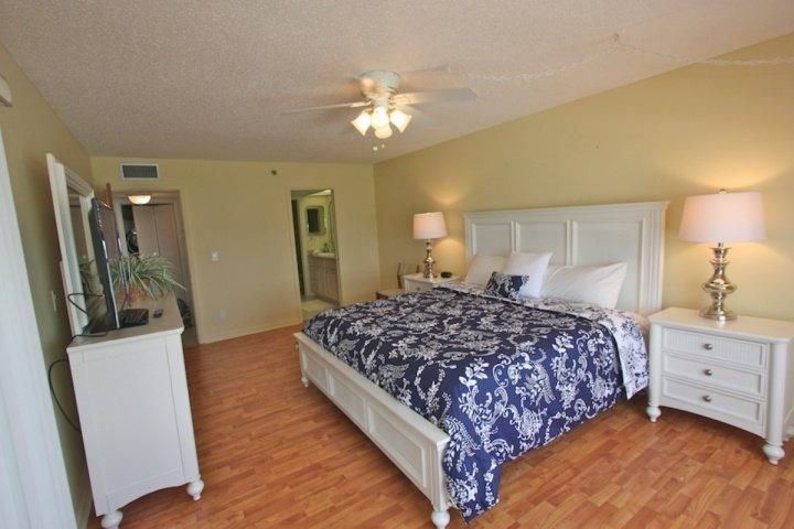 Master Bedroom with King Bed/Hardwood Flooring/Flat Screen Cable TV/Private Bathroom/Access to Oceanfront Patio