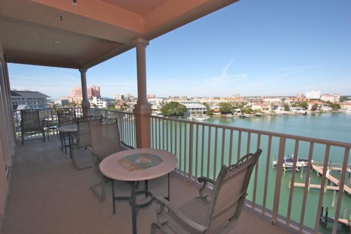 Gran patio privado con capacidad para 6 vistas a la hermosa playa de Clearwater intercostal