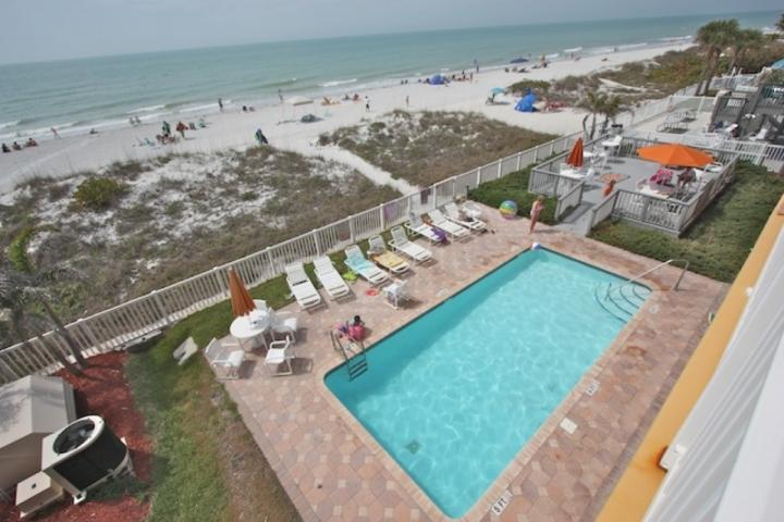 Piscine communautaire chauffée et terrasse avec vue imprenable sur le golfe du Mexique-Profitez d'une journée de plaisir au soleil près de la piscine ou à la plage!
