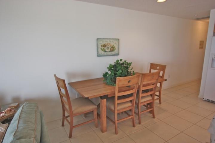 Salle à manger ouverte avec des chaises pour 4. Savourez un repas savoureux ou enterain pendant que vous fouettent que jusqu'à belle repas!