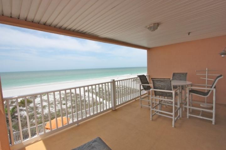 Patio privé avec des sièges pour les 4-6 Des vues du Golfe-vous détendre et prendre le coucher de soleil tout en sirotant des boissons que refeshing!