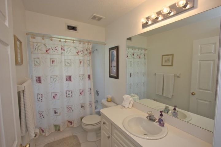 Schönes Gästebadezimmer mit Dusche / Wanne Combo
