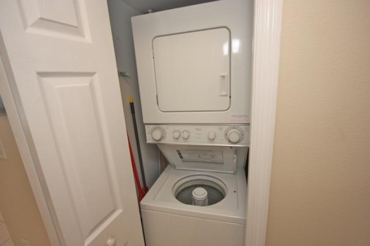 Keine Notwendigkeit, zum Waschsalon zu gehen, wenn Sie eine Waschmaschine / Trockner in dieser schönen Eigentumswohnung haben