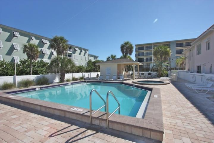 Updated Beachside, Pool, Hot Tub, BBQ, Free Wi-Fi & Cable, Beach Gear, W/D– 301, vacation rental in Indian Rocks Beach