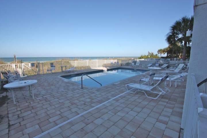 Verbringen Sie einen Tag in der Sonne mit der Familie in diesem bequemen Gemeinschaftspool mit Blick auf den Golf von Mexiko