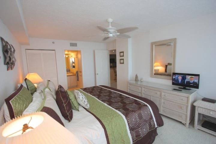 Détendez-vous après une journée à la plage dans cette spacieuse chambre principale avec lit King, télévision à écran plat et salle de bains principale privée