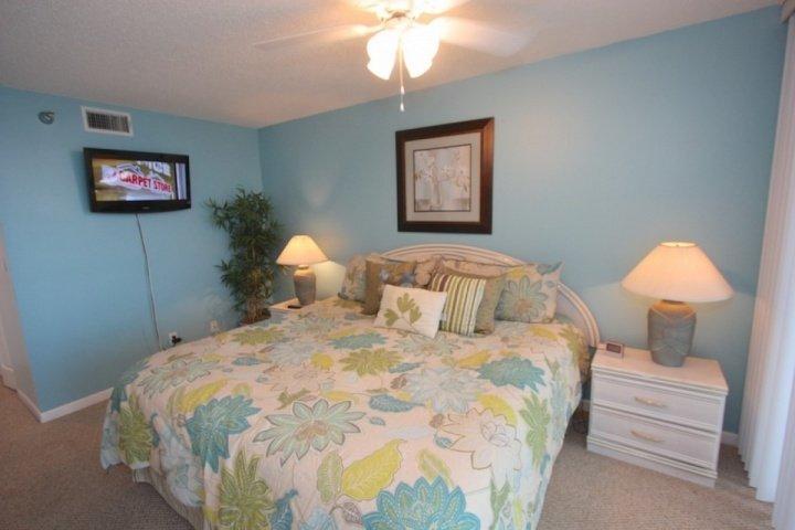 Dormitorio principal con cama King / TV por cable / privada Baño principal / acceso privado a frente al mar Patio
