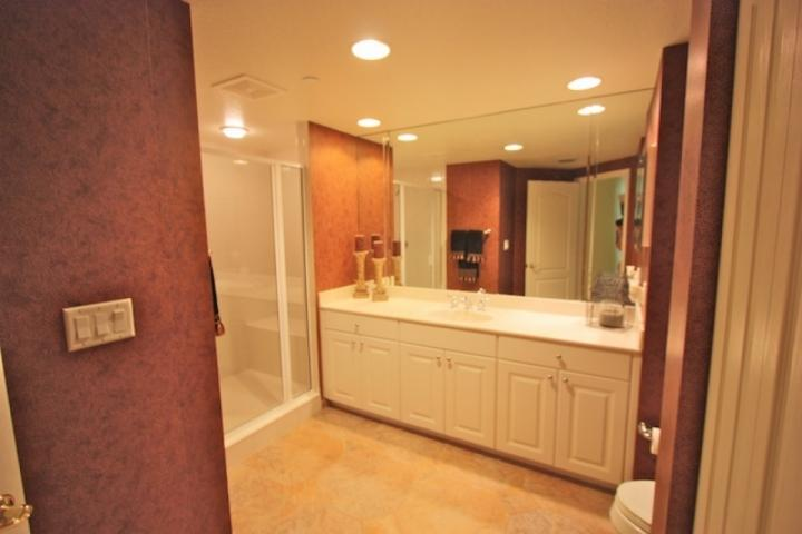 Soacious gäst badrum med duschkabin