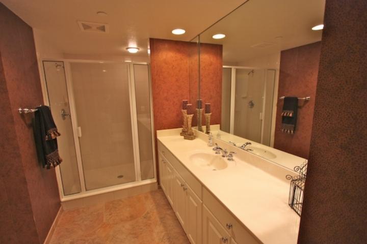 Rymlig gäst badrum med duschkabin