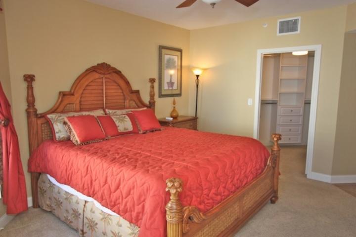 Sovrum med King Bed / plattskärms-tv / klädkammare / Tillgång till egen uteplats med utsikt över den fantastiska Mexikanska golfen