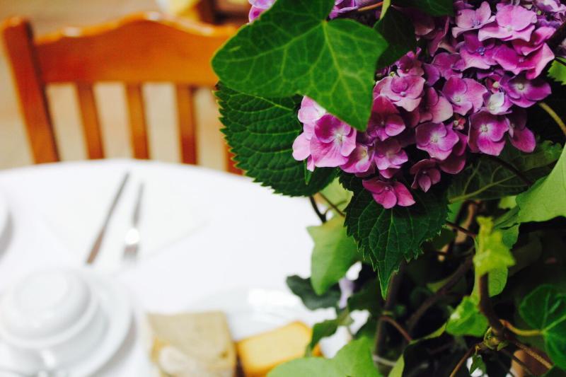 O pequeno almoço nas Beiras um bom sumo de laranja, um sorriso logo de manha, é a melhor maneira