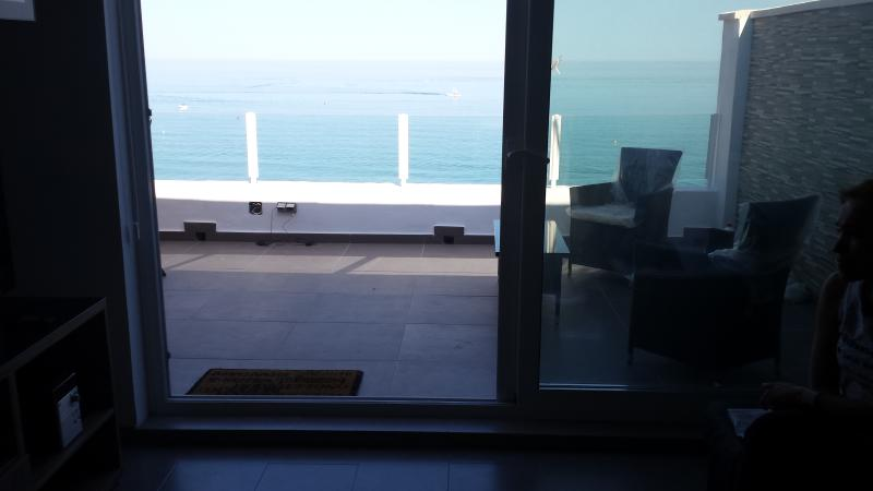 salonana la vue depuis la sortie de la chambre à la terrasse