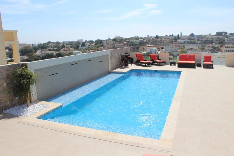 Fantástica piscina con plataforma para tomar el sol y Jacuzzi