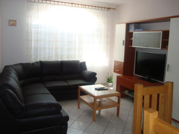A3(4+2): living room