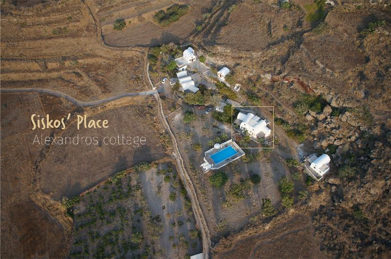 SiskosPlace Alexandros Cottage, Oia Santorini, alquiler vacacional en Koloumpos