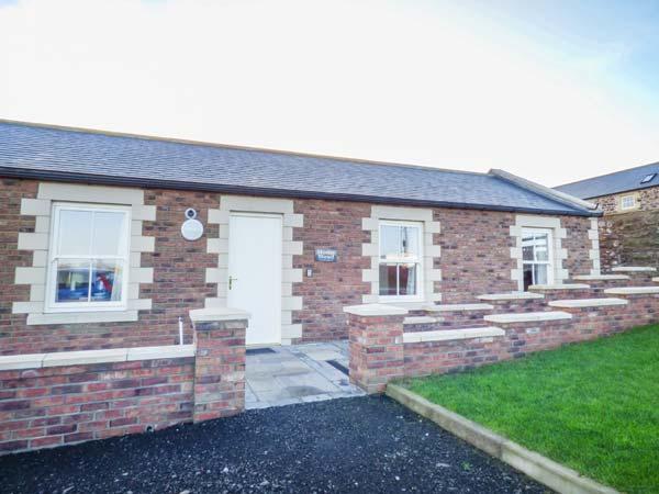 HOME STEAD COTTAGE, all ground floor, woodburner, parking, garden, in Embleton, holiday rental in Brownieside