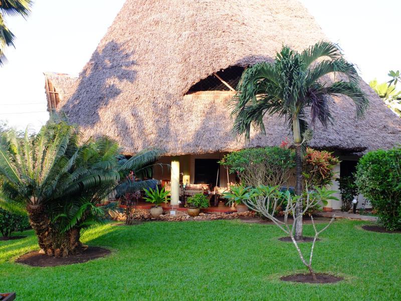 Villa Soleil mit eigenem Pool,Whirlpool,Koch,Strand,Internet,Auto,max 11Gäste, location de vacances à Diani Beach