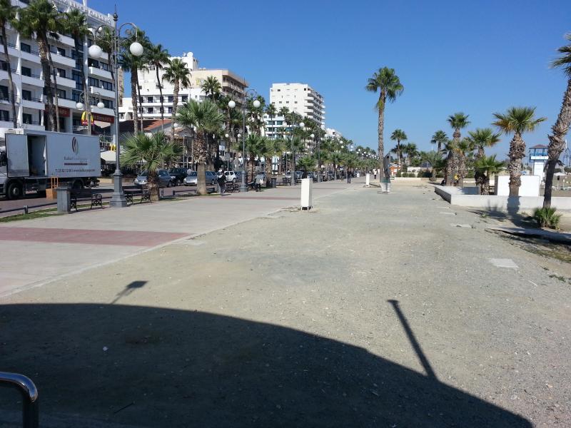 Frente à praia de Larnaca