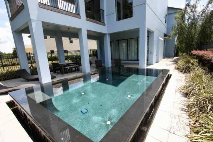 Infinito piscina de água salgada