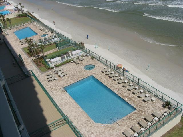 2 Oceanfront swimming pools (heated in winter) and 2 hot tubs