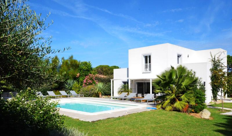 Villa Alysse - 4 bedroom - 4 bathrooms, private swimming pool, garden and terrace  with barbecue