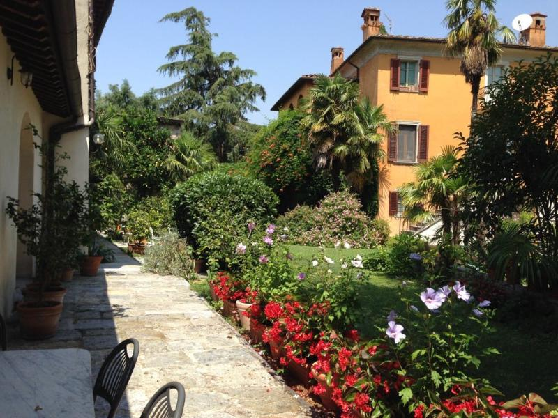 VILLA IN TUSCANY BETWEEN SEA, MOUNTAINS, AND ART - with 5 apartments - WAREHOUSE, holiday rental in Seravezza