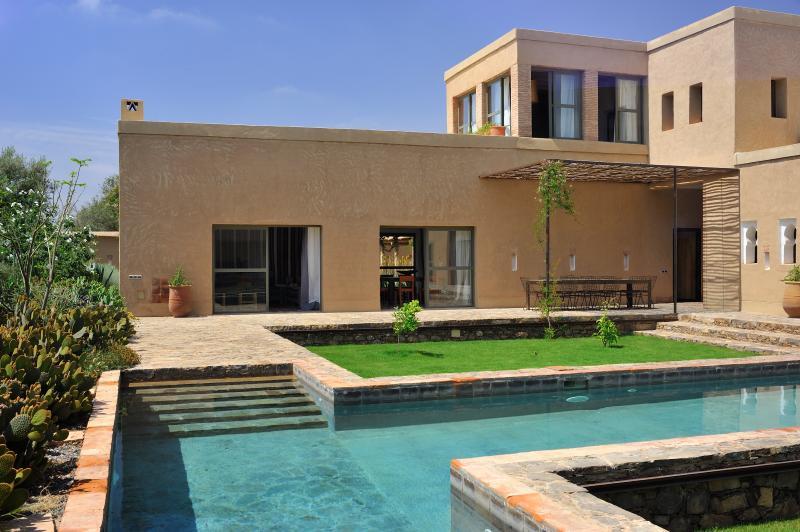 Villa d'Hossoun, Location de luxe en exclusivité avec son personnel, vacation rental in Ait Iaaza