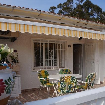 Cozy 2 Bedroom Bungalow 700 Meters to the Beach between La Mata and Guardamar, holiday rental in La Mata