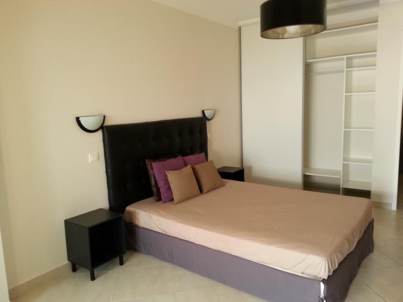 chambre avec lit king size et dressing