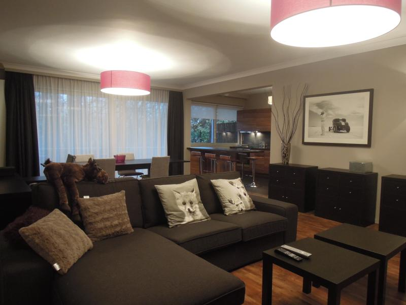 Luxurious Two Bedrooms Apartment & Terrace, location de vacances à Uccle