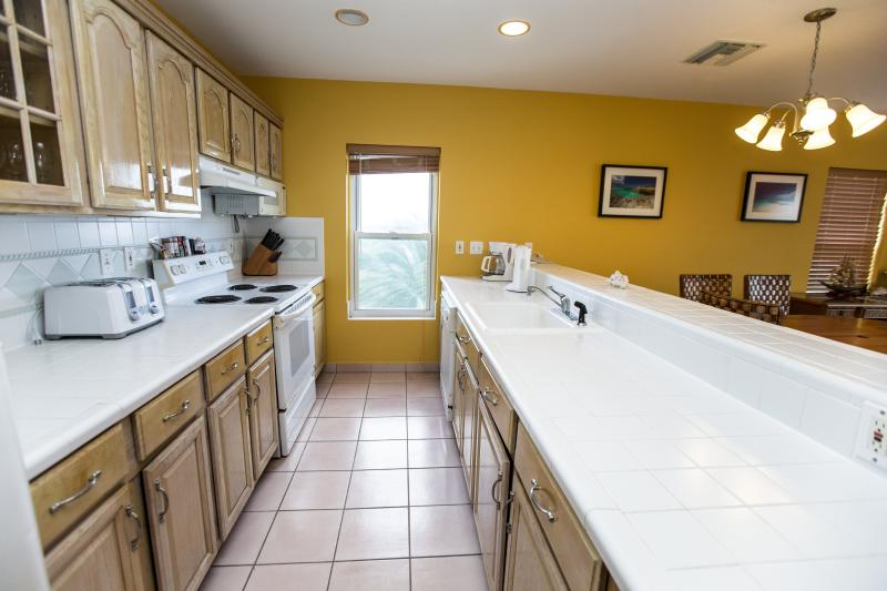 kitchen will all major and small appliances,