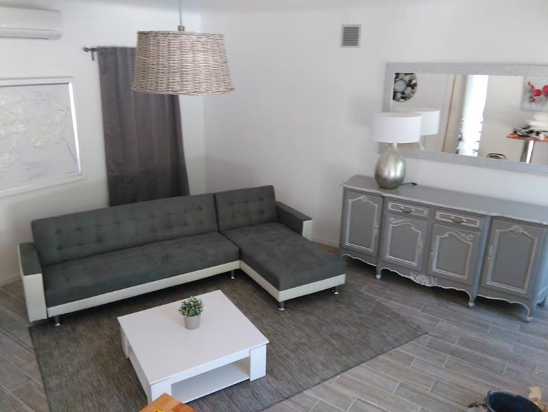 the relaxation area is decorated in a camaieu of gray