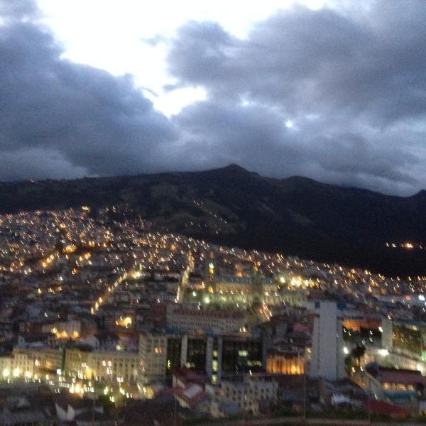 Es una foto hermosa tomada por un Huésped Alemán de Quito Nocturno, dijo: Es:  Las Mil y una Noches.