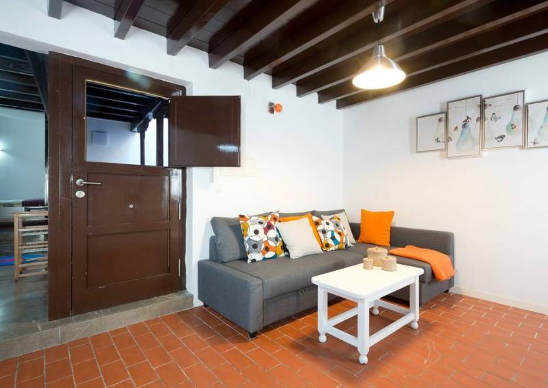 Zona de estar, con sofá-cama chaise-longe King size, mesa, TV pantalla plana de 29' y WIFI